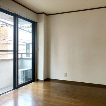 【出窓がある洋室】大きいソファとテーブルが置けそうです!