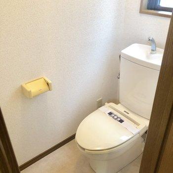 トイレは個室で、窓がついているので換気しやすい!
