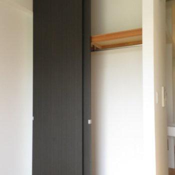 天井まである扉が特徴の収納※写真は2階の同間取り別部屋のものです