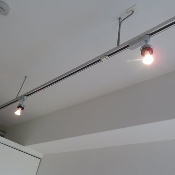 上にはライティングレールが※写真は2階の同間取り別部屋のものです