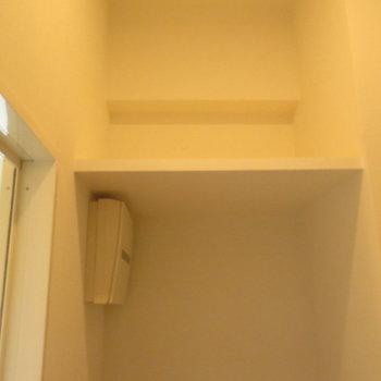 洗濯機置き場の上には収納が※写真は2階の同間取り別部屋のものです