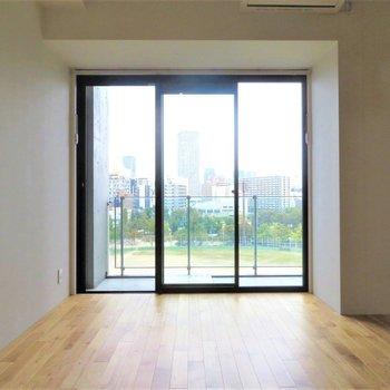 目の前の公園と無垢床と、、、※写真は2階の同間取り別部屋のものです