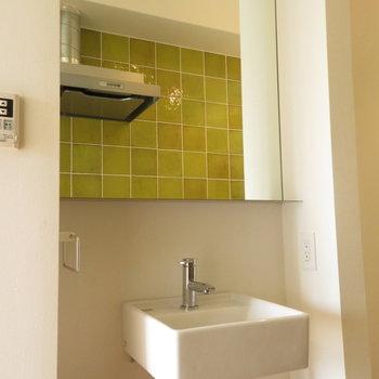 廊下に洗面台があります※写真は2階の同間取り別部屋のものです