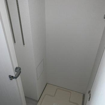 玄関横に洗濯機置き場。上の棚に靴をしまいましょう。※写真は1階の同間取り別部屋のものです