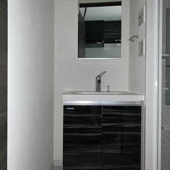 サニタリーに独立洗面台がどーんと。※フラッシュ撮影をしています。※写真は1階の同間取り別部屋のものです