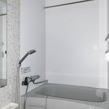 浴室乾燥付きのお風呂です。雨の日の洗濯物はここで。※フラッシュ撮影をしています。※写真は1階の同間取り別部屋のものです