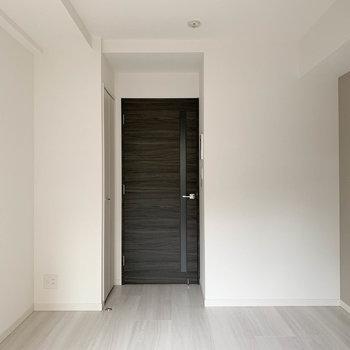 ベランダ側から見ると。ドア横に収納が付いてます。※写真は1階の同間取り別部屋のものです