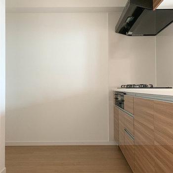 【LDK】キッチンスペースもゆったりとした作り。※写真は6階の同間取り別部屋のものです