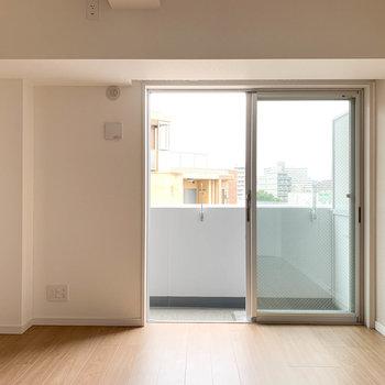 【洋室6帖】こちらの窓もベランダに繋がっています※写真は6階の同間取り別部屋のものです