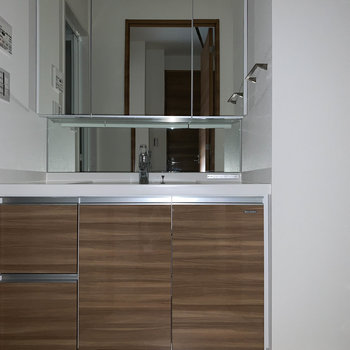 サニタリーには大型の独立洗面台が!右に洗濯機置き場があります。※フラッシュ撮影をしています。※写真は6階の同間取り別部屋のものです