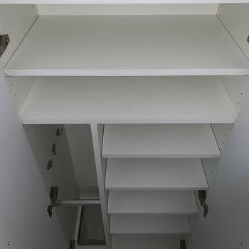 シューズボックスはしっかりとした容量のものが付いています。※フラッシュ撮影をしています。※写真は6階の同間取り別部屋のものです