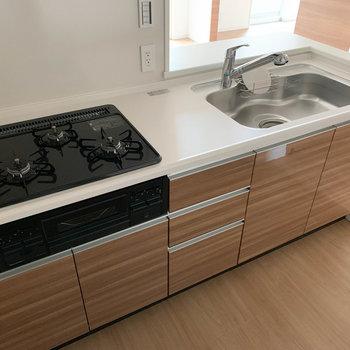 【LDK】キッチンは3口ガス。お魚も焼けまっせ。※写真は6階の同間取り別部屋のものです