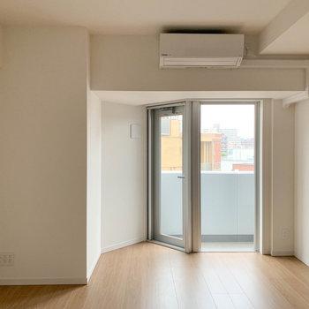 【LDK】窓部分がカクッてなっていて可愛い。※写真は6階の同間取り別部屋のものです