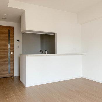【LDK】カウンターキッチンていいですよねえ。会話も弾む。※写真は6階の同間取り別部屋のものです