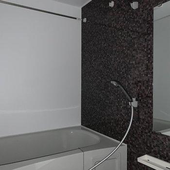 浴室乾燥、追焚付きのお風呂です!※フラッシュ撮影をしています。※写真は6階の同間取り別部屋のものです
