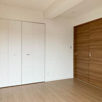 【洋室6帖】こちらお隣のお部屋。引き戸を閉めると空間が分けられます。※写真は6階の同間取り別部屋のものです