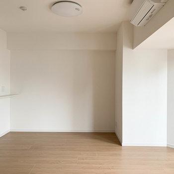 【LDK】キッチン前のスペースです。この辺りにでかいソファなど置きたいですね〜※写真は6階の同間取り別部屋のものです