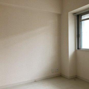 玄関側の洋室は寝室かな〜!(※写真は清掃前のものです)