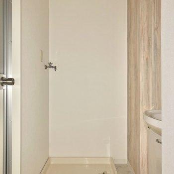 サニタリールームへ。正面には洗濯機置場があります※写真は通電前・フラッシュを使用して撮影しています