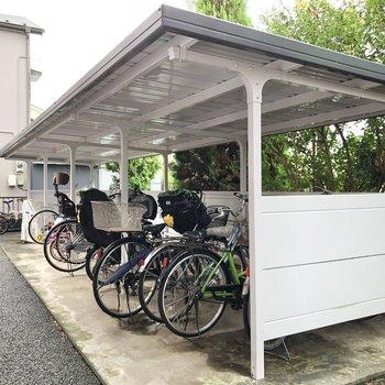 駐輪場・バイク置き場はマンションの側面にあります