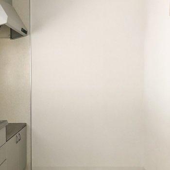 【キッチン】キッチン正面に冷蔵庫やラックを置けそう