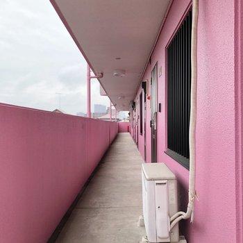 廊下もピンク色が基調になっています