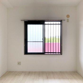 【洋室】窓からは廊下が見えますよ