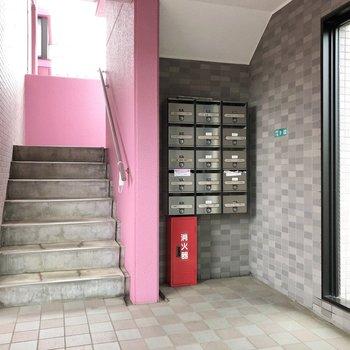 1階階段横にポストがあります