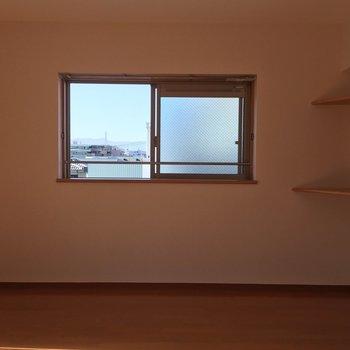 テーブルを置くかテレビ台を置くか悩みます。※写真は3階の反転間取り別部屋のものです