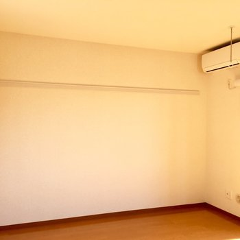 ハンガーが掛けれるこちら側にベッドですね。※写真は3階の反転間取り別部屋のものです