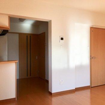 右側のドアを開けると…※写真は3階の反転間取り別部屋のものです