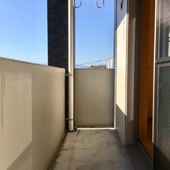 ベランダでは洗濯物が気持ちよく乾きそう〜※写真は3階の反転間取り別部屋のものです