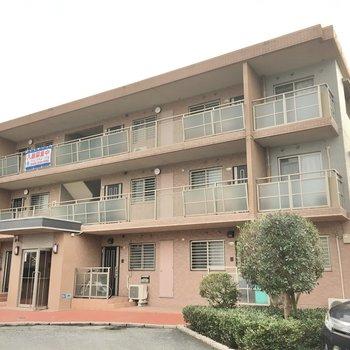 3階建ての3階です。同じようなマンションがお隣にもあります。