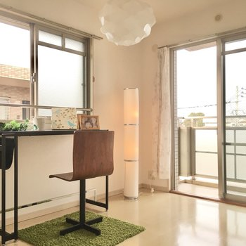 こちらは6帖の洋室。2面採光です。(※写真の家具・小物は見本です)