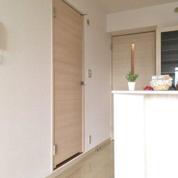 キッチン横にサニタリースペース。(※写真の小物は見本です)