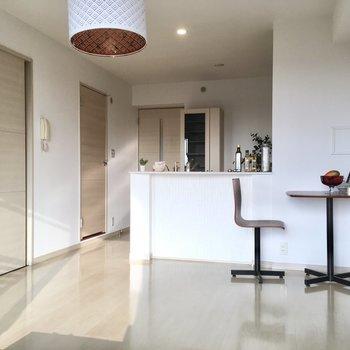 キッチンは対面式!キッチンの横にダイニングテーブルが置けそうです。(※写真の家具・小物は見本です)
