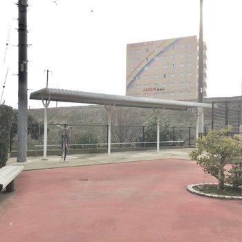 自転車置き場は屋根付き!公園みたいな広さ!
