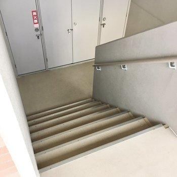 3階までは階段で移動してください〜!