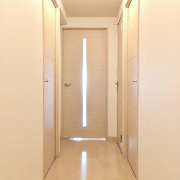 廊下には扉がいっぱい。手前の扉を見ていきましょう。