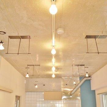 コンクリート打ちっ放しの天井に、きらめく照明。※写真は別部屋になります。