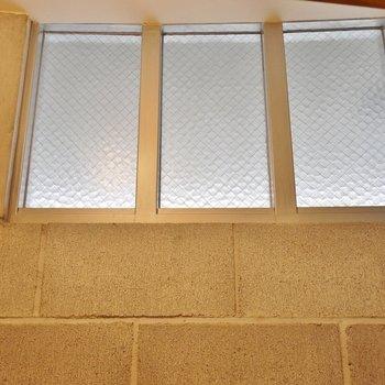 側面上部には、明り取り用の窓が完備。※写真は別部屋になります。