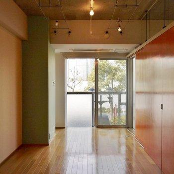 アクセントクロスと建具で温かみをプラス。※写真は別部屋になります。