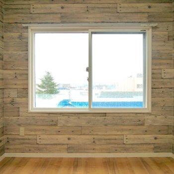 お兄ちゃんの部屋に窓があるなら、わたしの部屋にもほしいな!