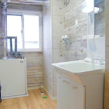独立洗面台の横には洗濯機を置けるよ