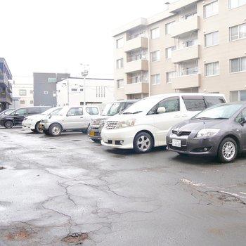 広い駐車場、なんと2台目からは3000円!