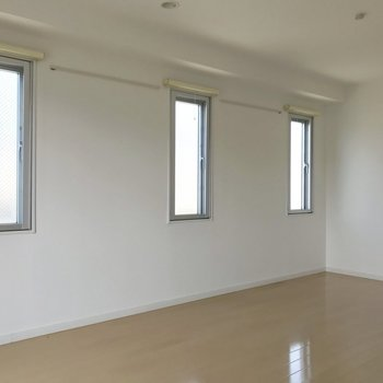 窓が並びまして、※写真は3階の反転間取り別部屋のものです