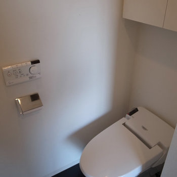 スタイリッシュなタンクレス&リモコンウォシュレットなトイレ。※写真は6階の同間取り別部屋のものです