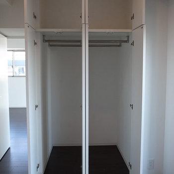 寝室の収納、奥行きが深くて大容量です。※写真は6階の同間取り別部屋のものです