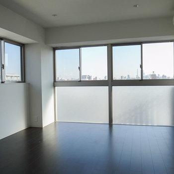 このリビングから、180度パノラマビューな眺めが楽しめます。※写真は6階の同間取り別部屋のものです