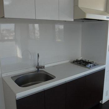 このキッチン、戸板にレザー調のシートがあしらわれてるんです。※写真は6階の同間取り別部屋のものです